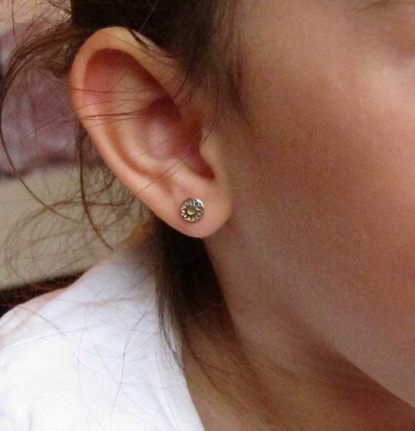 pendientes redondo bicolor oro niña bebe rosca seguridad pequeña hipoalergénico tuerca aretes hipoalergénico en la oreja
