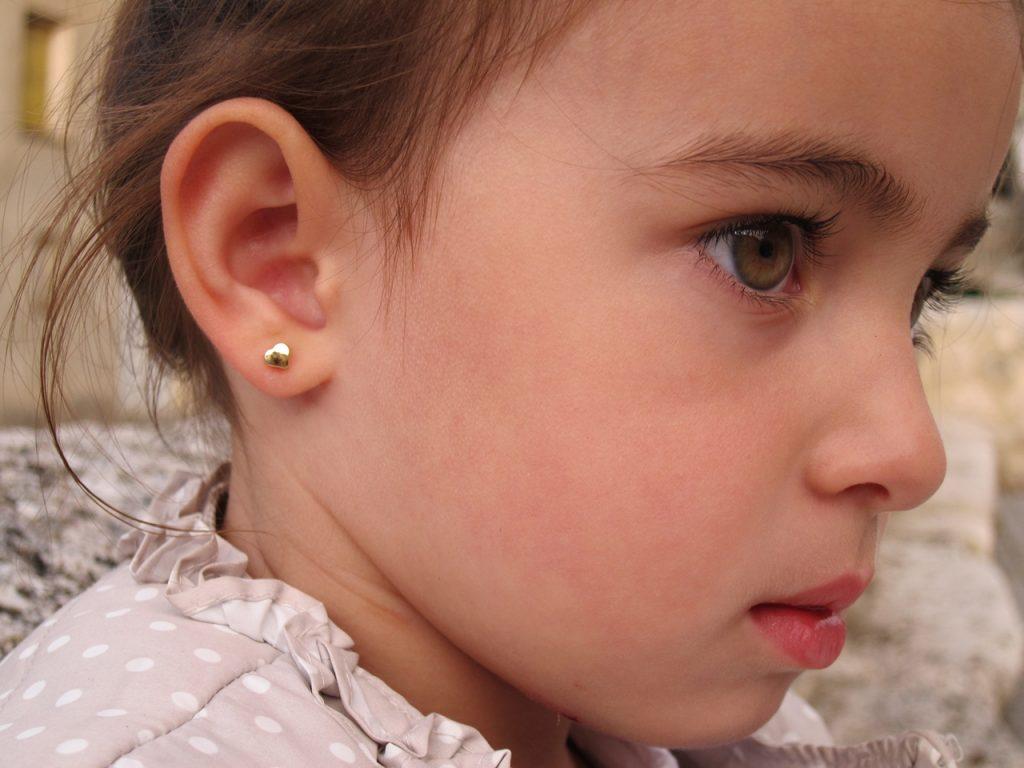 Pendientes corazon liso oro amarillo bebe niña rosca oreja