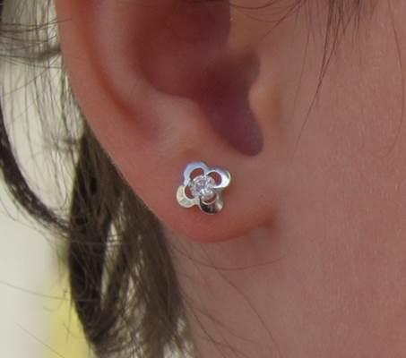 Pendientes cuatrebol flor circonita oro blanco plata baratos bebe niña rosca tuerca hipoalergénicos en la oreja