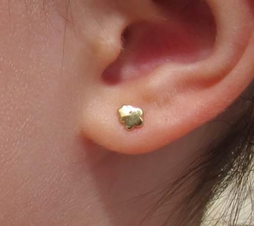 Pendientes doble flor brillo mate liso bebe niña rosca recien nacida aretes 18k oro hipoalergénico en la oreja
