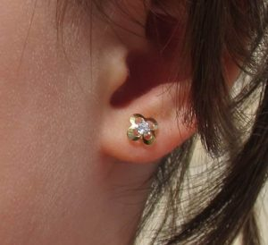 pendientes flor trebol baratos circonita oro rosca seguridad bebe niña recién nacida hipoalergénicos aretes en la oreja