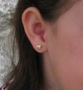 pendientes oro corazón 18k niña pequeña bebé recien nacida arete hipoalergénicos en la oreja tuerca rosca