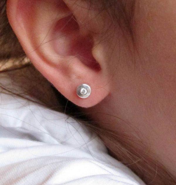 pendientes plata niña bebe rosca redondos planos oro blanco pequeña aretes hipoalergénicos mujer en la oreja modelo tuercas