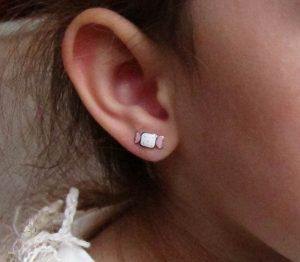 en la oreja pendientes aretes plata niña bebe rosca hipoalergénicos comodos forrados tuerca regalo moda diferente mocosa caramelos niña