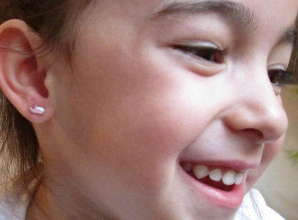 Pendientes zapatilla bailarinas color esmalte plata bebe niña rosca rosa tuerca hipoalergénico en la oreja