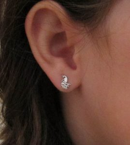 pendientes plata pavo real plata rosca seguridad niña niña alergia regalo barato hipoalergenico en la oreja de cerca