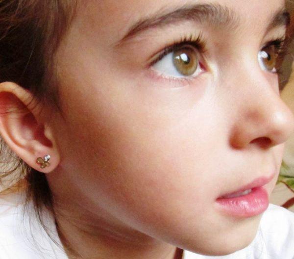 pendientes oro niña bebe rosca no alergia 18k comodos regalo moda diferente mariposa bicolor circonitas hipoalergénicos en la oreja