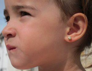 Pendientes chaton circonita galeria oro amarillo bebe niña rosca tuerca hipoalergenico en la oreja