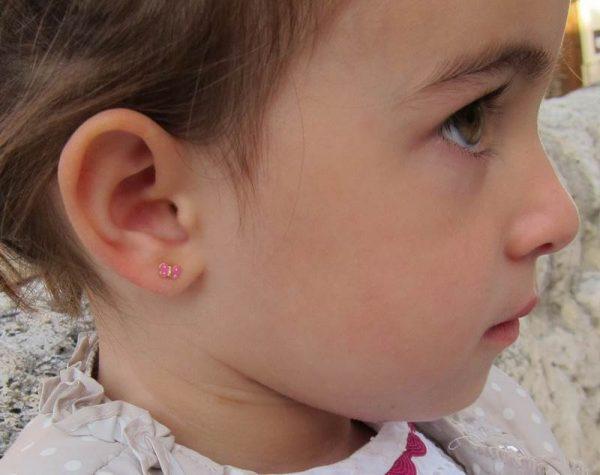 pendientes oro niña bebe rosca hipoalergénicos 18k forrados diferentes regalo moda mocosa mariposa esmalte color rosa en la oreja