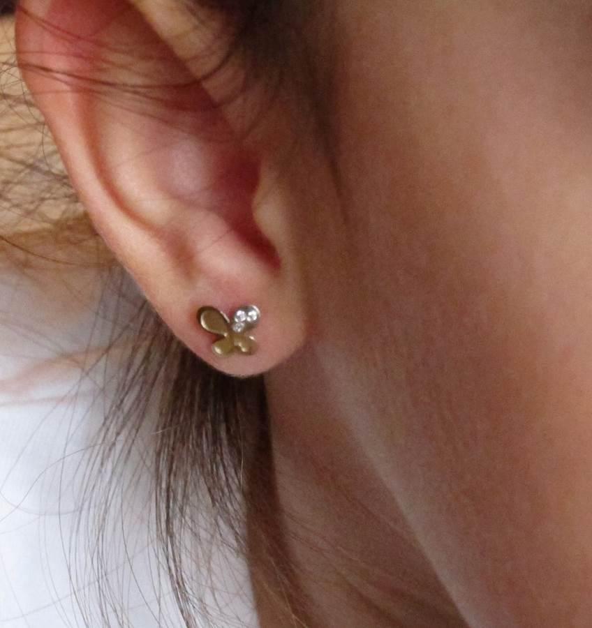 pendientes oro niña bebe rosca no alergia 18k comodos regalo moda diferente mariposa bicolor circonitas hipoalergénicos en la oreja de cerca