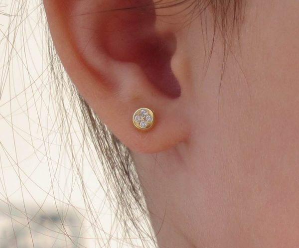 pendientes oro redondo multipiedra circonitas niña bebe regalo rosca tuerca hipoalergenico en la oreja de cerca