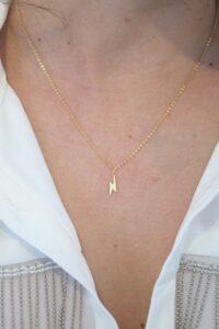 colgante rayo con cadena a 40cm corta fina como queda puesto oro 18k para mujer o niña joven