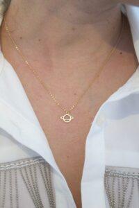 colgante planeta saturno con cadena a 40cm corta fina como queda puesto oro 18k mujer niña joven regalo original