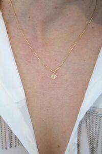 colgante brillante con cadena a 40cm corta fina como queda puesto oro 18k mujer joven niña regalo original