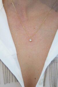 colgante chatón piedra blanca con cadena a 40cm corta fina como queda puesto oro 18k mujer joven niña regalo original moda